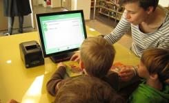 kinderen lenen een boek uit