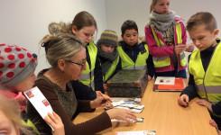 Brigitte Minne deelt bladwijzers uit na de lezing